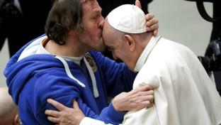 Il bacio al Papa che fa il giro del web