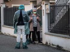 """Coronavirus, genitori di """"paziente 1"""" portati via da casa"""