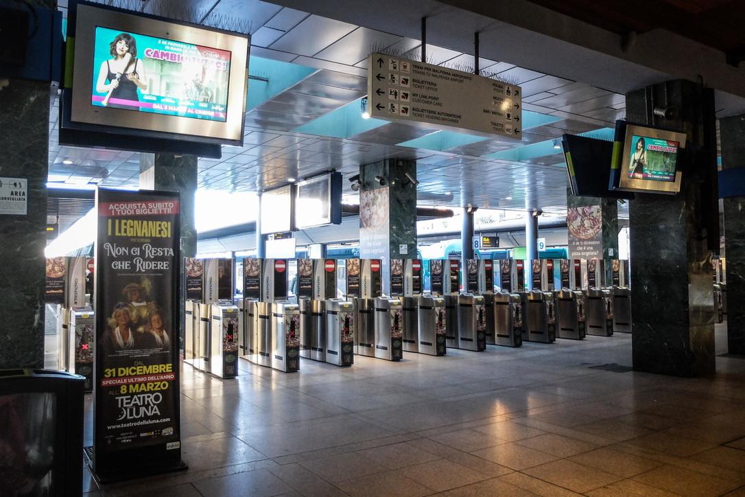 Coronavirus, metro e treni pendolari mezzi vuoti a Milano