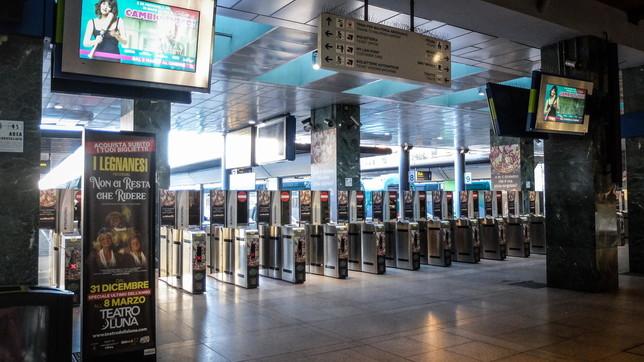Metropolitane, stazioni e treni dei pendolari mezzi vuoti a Milano | Foto