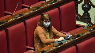 Coronavirus, la prima deputata alla Camera con la mascherina