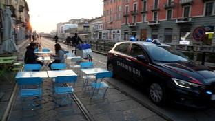Coronavirus, la movida milanese deserta: sui Navigli locali serrati