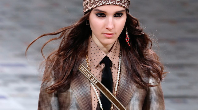 Moda, bandane e cravatte: Dior, a Parigi sfila la donna 'femminista'