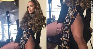 Jennifer Lopez a gambe aperte attira i doppi sensi