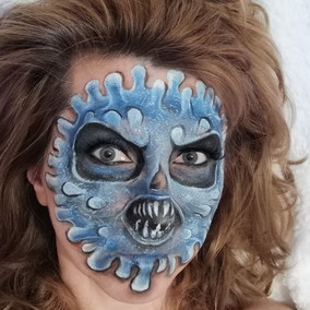 La mamma si inventa il carnevale casalingo: c'è anche la maschera del coronavirus