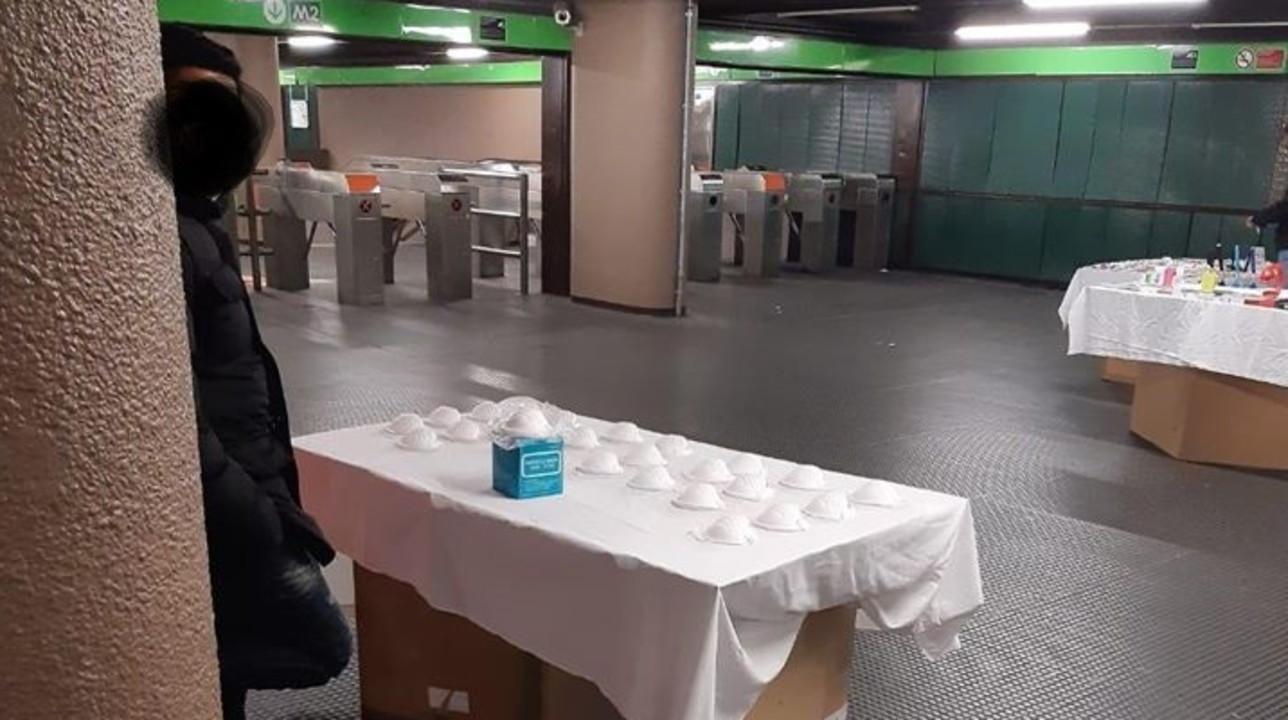 Coronavirus, a Milano mascherine pronte all'uso sulle bancarelle degli ambulanti abusivi