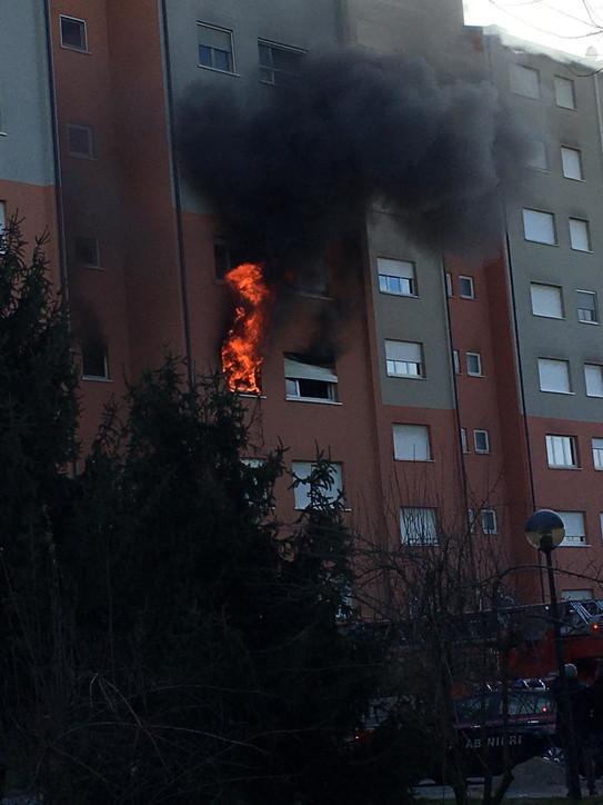Incendio in uno stabile nel Milanese, morte due persone