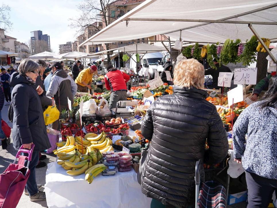Milano si rianima, nei mercati torna la gente (anche senza mascherina)