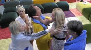"""""""GF Vip"""", Marini sventola un rosario in faccia a Elia che la spintona"""