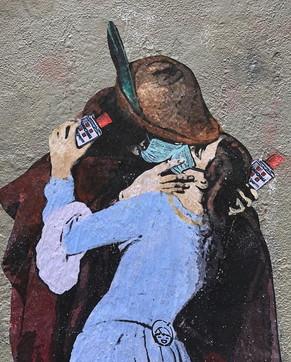 """Milano, l'amore ai tempi del coronavirus: il nuovo murale di Tvboyè """"Il bacio"""" di Hayez con l'Amuchina"""