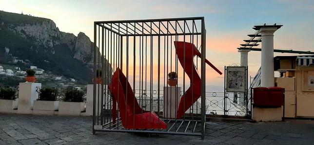 """A Capri una maxi-scultura per dire basta alla violenza sulle donne: """"E' una gabbia"""""""