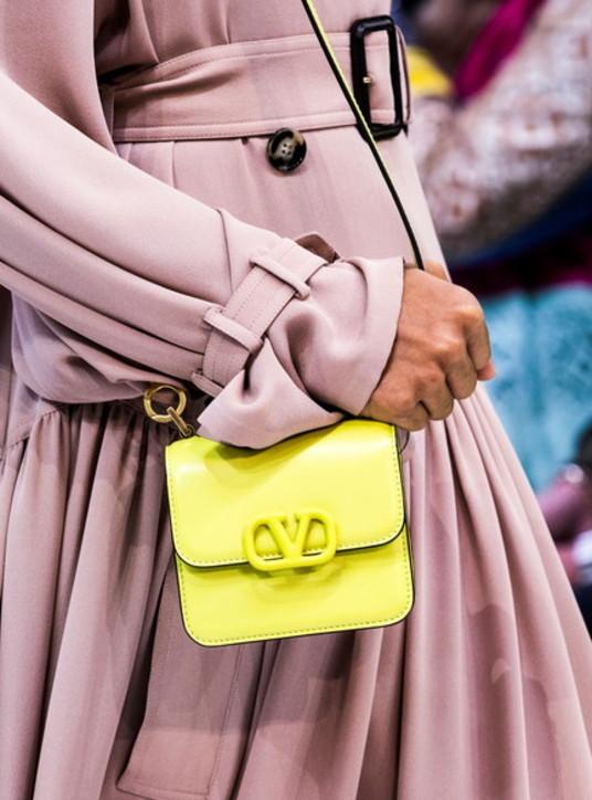 Moda donna di primavera, perché vestire di giallo fa bene