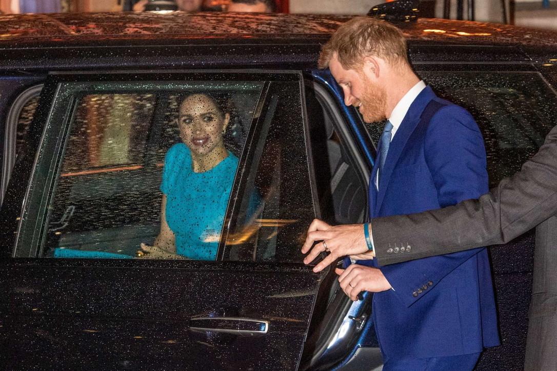 Harry e Meghan, ritorno in grande stile: sorridenti e innamorati sotto la pioggia
