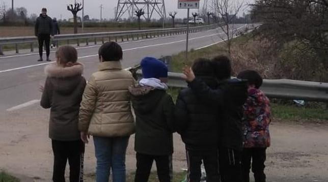 Coronavirus, i piccoli alunni salutano il maestro al confine tra la zona rossa e la zona gialla