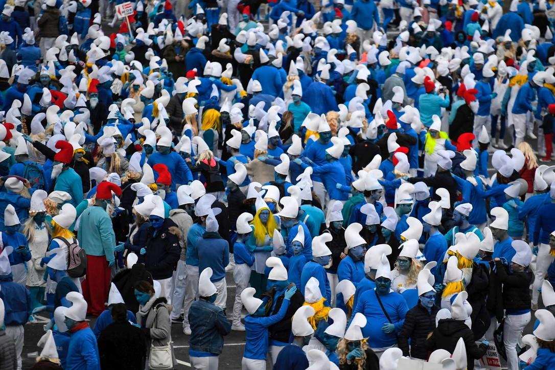 Coronavirus, in Francia 3.500 persone vestite da Puffi sfidano l'epidemia