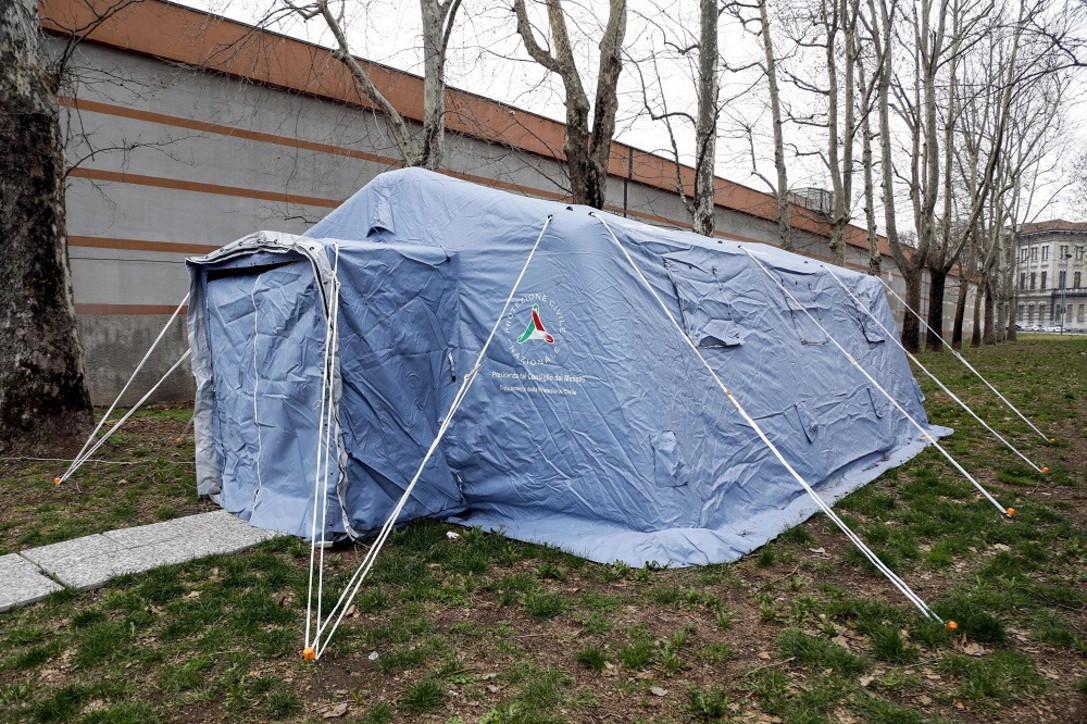 Coronavirus, allestita la tenda per il triage dei detenuti a San Vittore