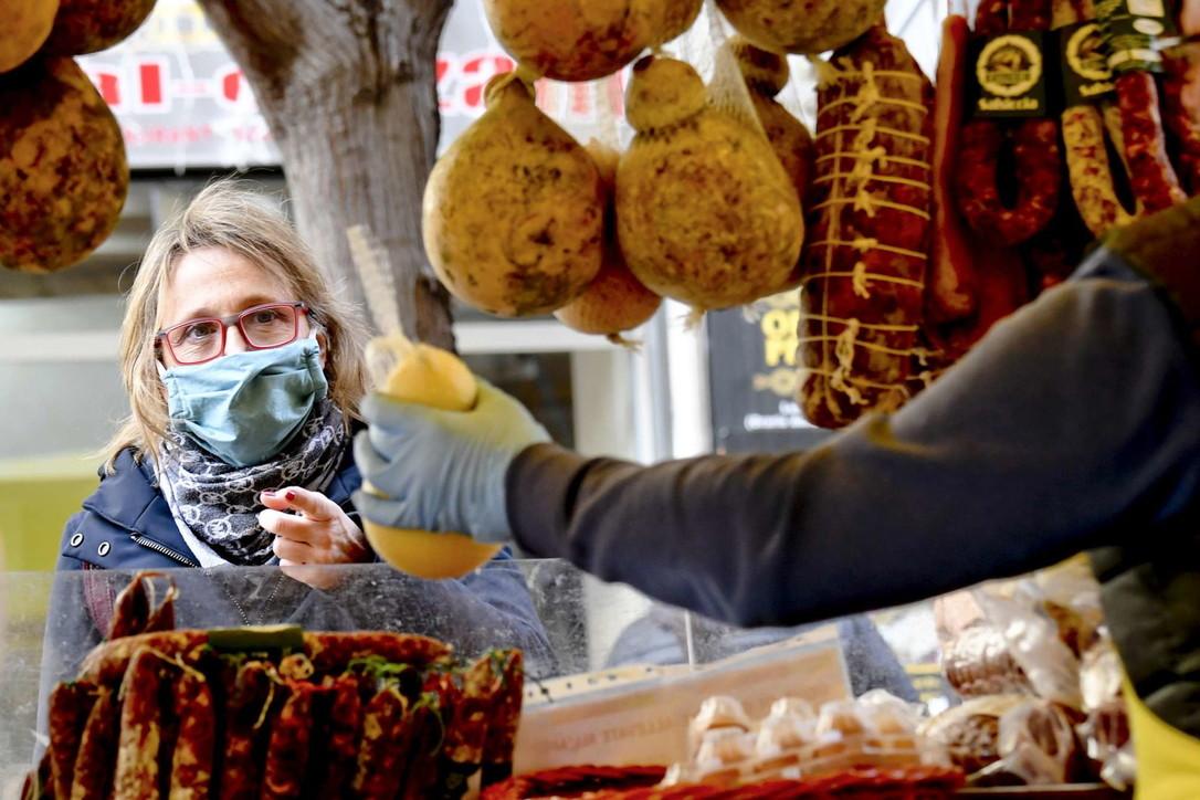 Napoli, la surreale scena al mercato: tutti con la mascherina anti coronavirus