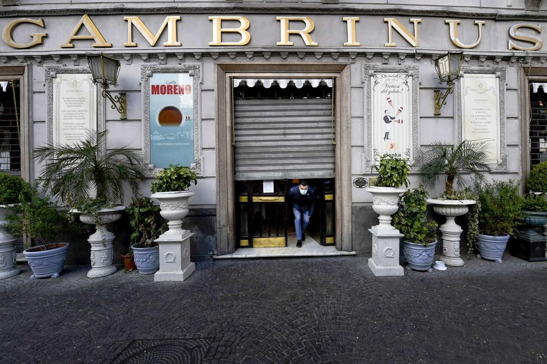 Napoli deserta: nella notte sanificate strade, tutti i caffè chiusi