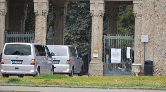 Coronavirus, a Bergamo il mesto arrivo dei carri funebri al cimitero è non stop