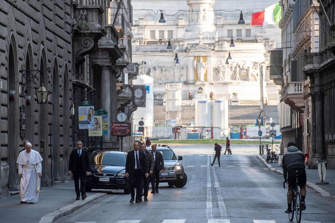 Papa a piedi per Roma chiede la fine della pandemia