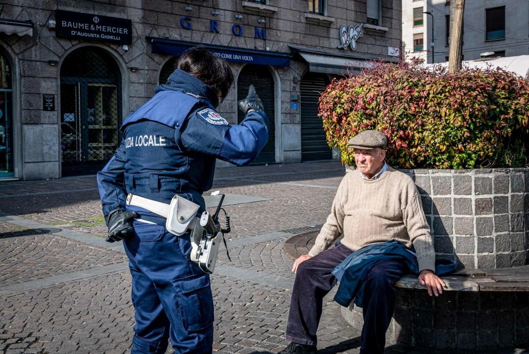 Gente in strada a Milano: tra anziani, corridori e irriducibili della passeggiata