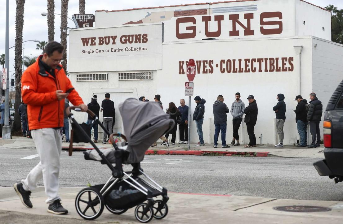 Usa, paura delle rivolte da epidemia: tutti in coda a comprare armi