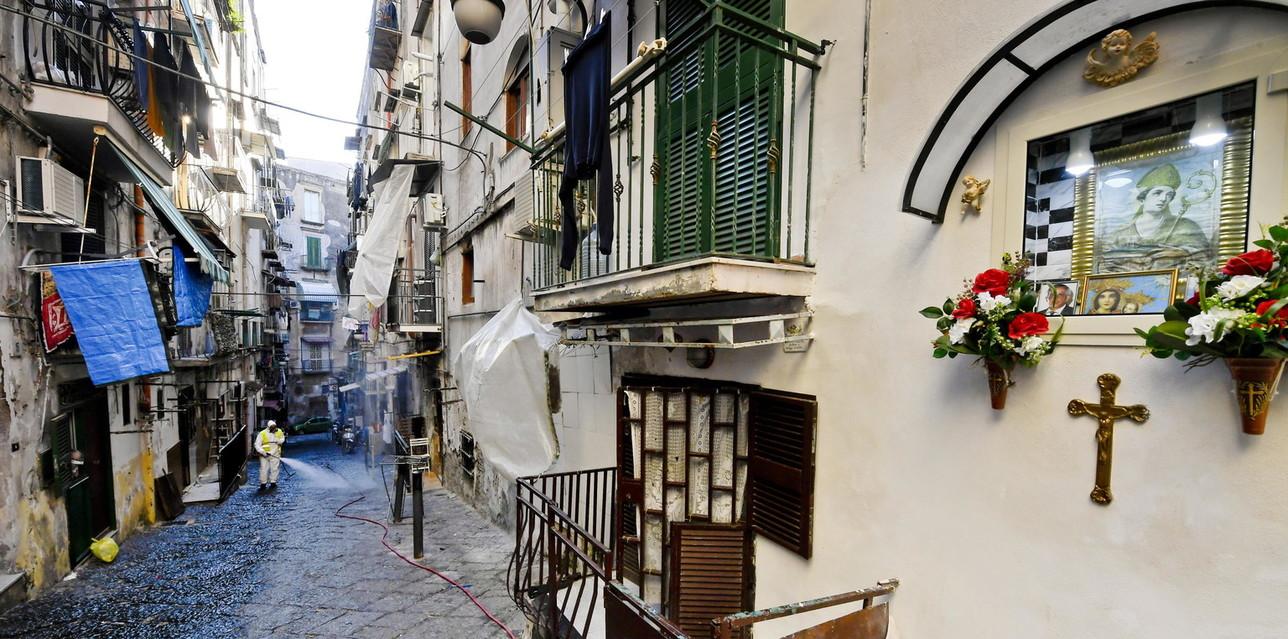 Coronavirus, operazione di sanificazione nei Quartieri Spagnoli di Napoli