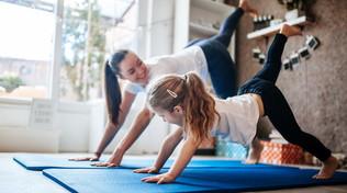 Tenersi in forma: pilates da fare in salotto, anche con i bambini