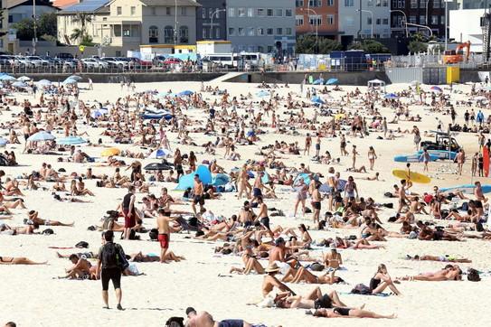 Australia, il coronavirus non spaventa i bagnanti: spiagge affollatissime