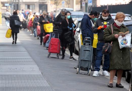 Coronavirus, ancora code davanti ai supermercati a Milano