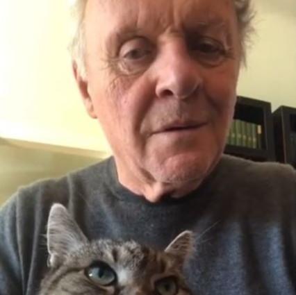 Coronavirus, Anthony Hopkins fa una serenata al suo gatto mentre è in quarantena