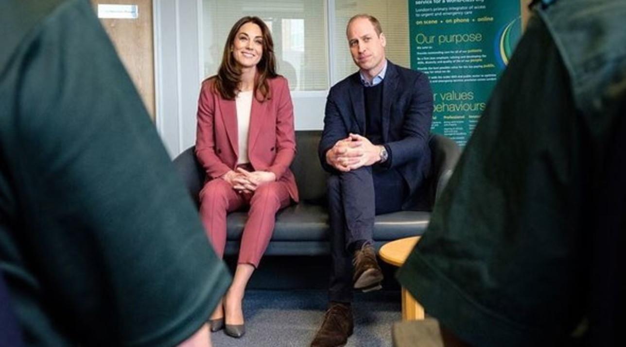 """Coronavirus, William e Kate visitano gli operatori sanitari a Londra e agli inglesi dicono: """"State in casa"""""""
