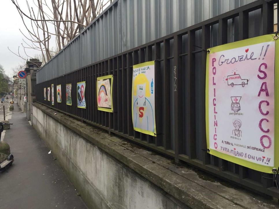 Coronavirus, disegni lasciati dai bambini davanti al policlinico di Milano