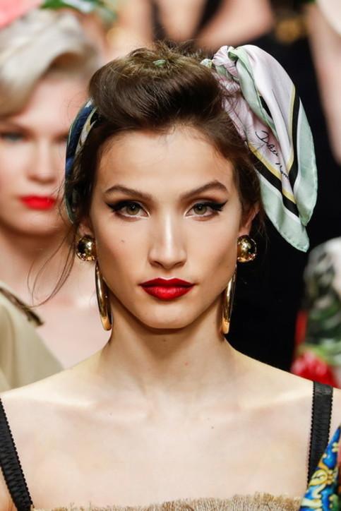 Moda donna primavera 2020: abiti, look e accessori per evadere un po'