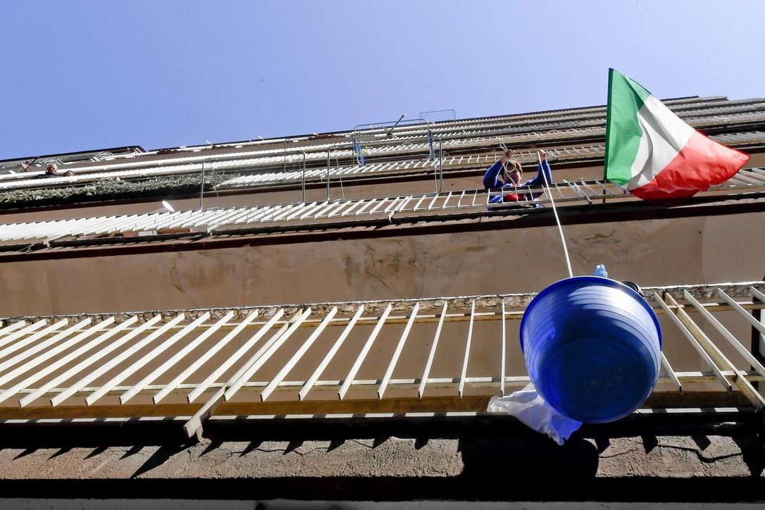 """Napoli, il coronavirus fa tornare di moda il """"panaro"""" per la spesa"""