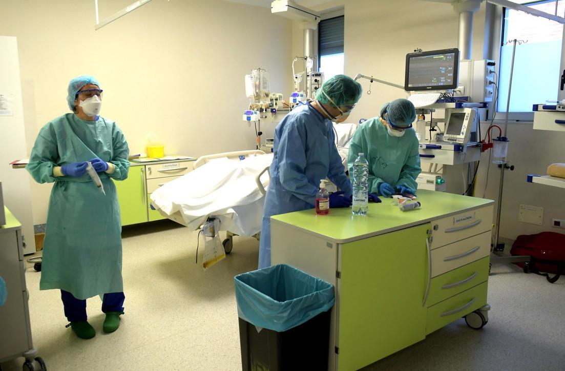 Coronavirus, a Milano continua la battaglia di medici e infermieri negli ospedali