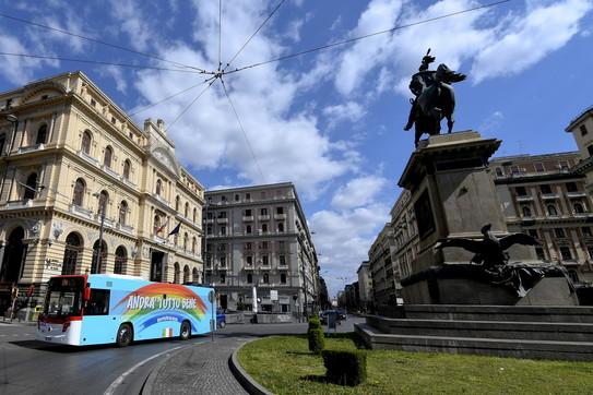 """Coronavirus, un bus """"andrà tutto bene"""" in giro per le strade di Napoli"""