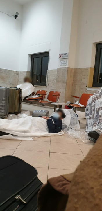 Coronavirus, siciliani bloccati in Calabria: le foto
