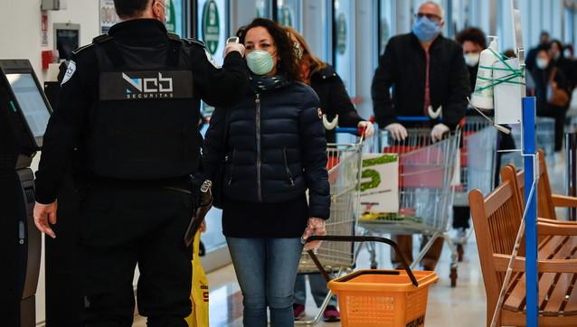 Coronavirus, Milano: misurazione della temperatura prima di fare la spesa