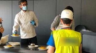 Da Cracco ai fratelli Cerea: gli chef stellati cucinano per operai, clochard, medici negli ospedali
