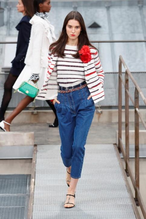 Moda primavera 2020, largo ai balloon jeans: comodi anche in casa