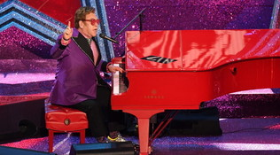 Elton John organizza un concerto in streaming dal soggiorno conMariah Carey eBillie Eilish