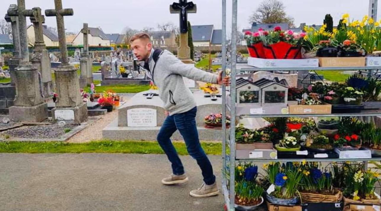 Nella Francia chiusa per coronavirus, un fiorista porta le sue piante al cimitero