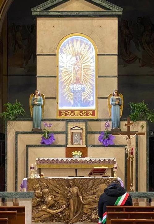 Coronavirus, sindaco consegna la fascia tricolare alla Madonna patrona della città: denunciato