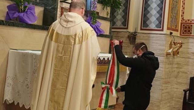 Coronavirus, il sindaco di Giulianova consegna la fascia alla Madonna della città: denunciato