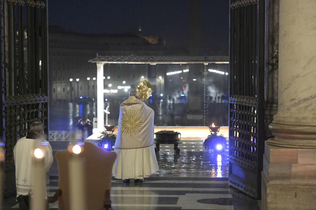 """Benedizione straordinaria """"urbi et orbi"""": la preghiera del Papa per la fine della pandemia"""
