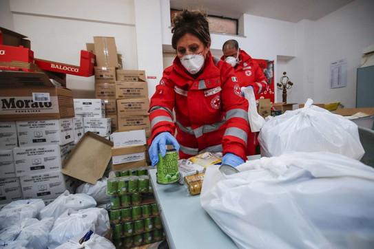 Coronavirus, aumentano i cittadini senza cibo: si mobilita la Croce Rossa
