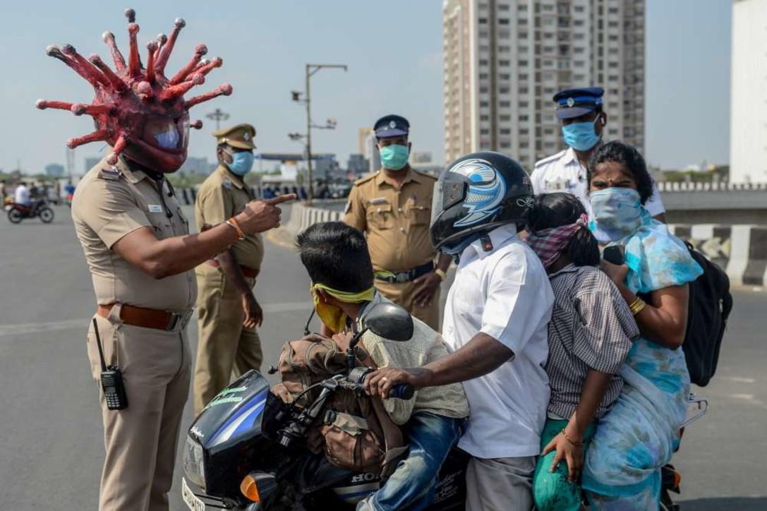"""India, ai posti di blocco di  un agente """"mascherato"""" da Coronavirus"""