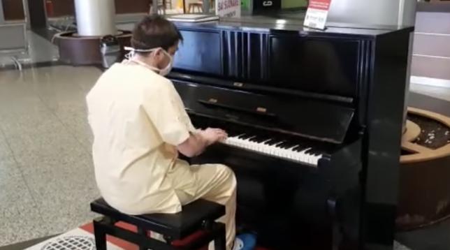 Varese, un medico pianista suona i Queen alla fine del turno in ospedale