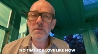 Michael Stipe pubblica sui social un inedito, che è un messaggio d'amore: